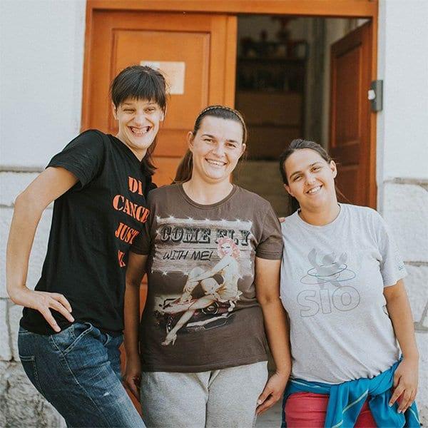 <b>Gruppboende</b><br> Med finansiellt stöd av Våra Barn och Our Kids driver vår lokala organisation Nasa Djeca ett gruppboende i staden Mostar. Här tar vi emot unga-vuxna som fyllt 18 år och erbjuder dem trygghet och en ny start på livet.  Enligt det bosniska rättsväsendetmåste unga vuxna lämna barnhemmen när de blivit myndiga. Det innebär att ingen myndighet längre ansvarar för ungdomarnas liv. Utan ett socialt nätverk och utbildning banas vägen för hemlöshet och kriminalitet. Stiftelsen uppmärksammade det växande problemet och kämpar idag för att förhindra detta. Vi ser till att fånga upp dessa ungdomar och placera dem i vårt gruppboende, som ger dem stöd till en trygg utveckling.  Genom olika projekt får ungdomar flera chanser till att arbetsträna på praktikplatser parallellt med att de går klart skolan och påbörja en ny livsresa. Syftet är att de ska bli självständiga individer med arbetslivserfarenhet, vilket ökar chanserna att hitta jobb och egna boenden inför framtiden.